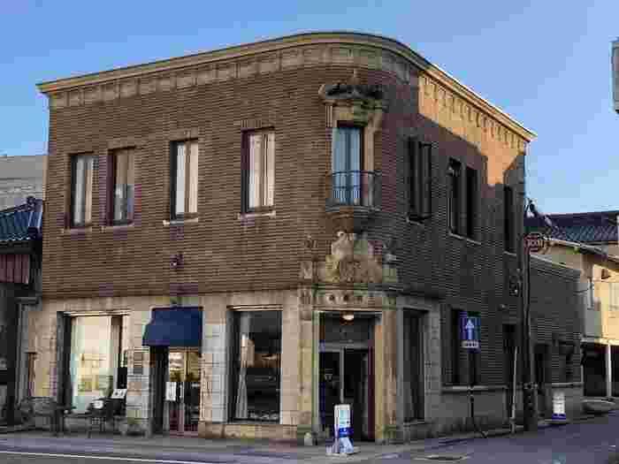 1930年に建てられた、国登録有形文化財にもなっているギャラリー三田(旧三田商店)に併設されたカフェ。入口がギャラリーと異なり、ひっそりとした横の脇道に設けられています。