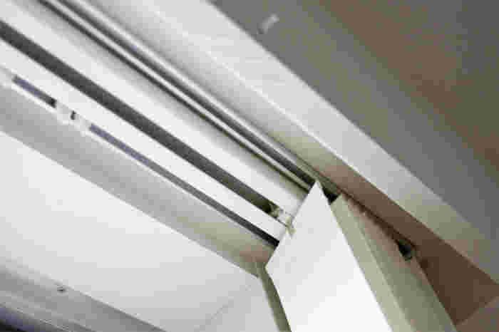 ブラインドをつけたい位置に取り付けられるかどうか、事前に確認しておくことが大切です。カーテンレールがむき出しになっているか天井にぴったり固定されているかによってもつけ方が異なります。