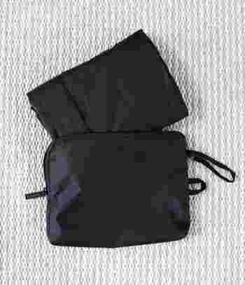 「パラグライダークロス 収納袋付きたためるボストンバッグ」は、パラグライダーに使われている生地をベースに作られた、軽くて丈夫なバッグ。使わない時には、このようにコンパクトに収納することができます。