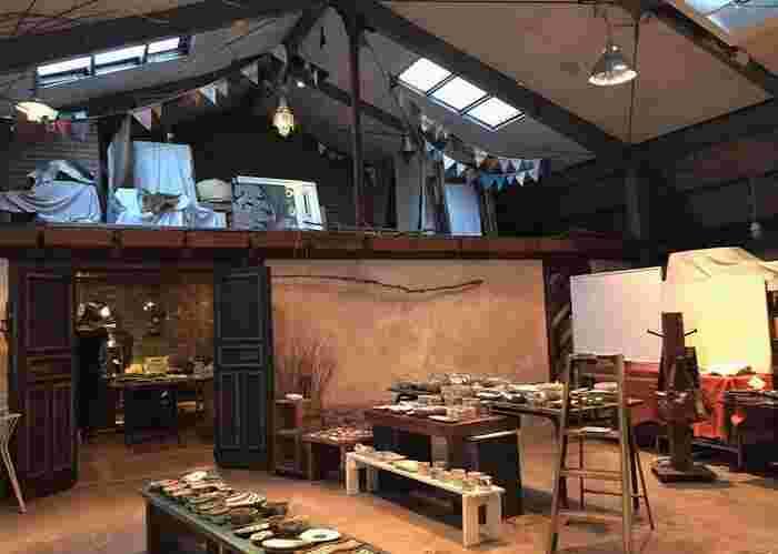 吹抜け天井のひろびろ空間で、和のうつわや古道具、雑貨をじっくり選ぶことができます。