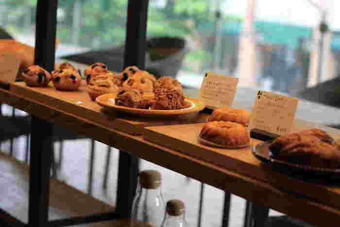 スコーンやマフィン、サンドイッチにハードパンなど店内にはたくさんの種類のパンが並びます。どれも美味しそうで目移りしてしまいますね。