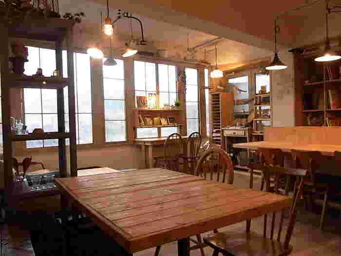 先に紹介した「ロッカ&フレンズ」よりひとつ上の階にある「ユナイテッドカフェ」は、木のぬくもりが感じられるナチュラルなカフェ。