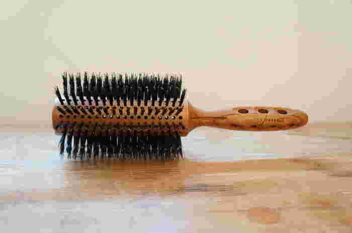 ブラシの植毛部に空気を通す穴が多数空いた、速く乾きやすいロールタイプのブラシです。ドライヤーの熱風が一部分に留まりにくいので、枝毛の防止にもなるのだそう。スタイリング剤とも一緒に使えますよ。軽いブラシで、使用中に疲れにくいのもメリットです。