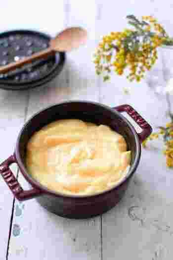 全卵を使って作るレンジカスタードはとても簡単。クレープはもちろん、トーストにつけたり、アイスクリームやパフェに添えたり、フルーツにトッピングするのも美味しいですね。  レンジ加熱の際には、その都度、しっかりと混ぜ合わせることで、ダマになるのを防げます。レンジによって、ちょうどいい加熱時間が異なるので、様子をみながら加熱していくと上手に作れます。