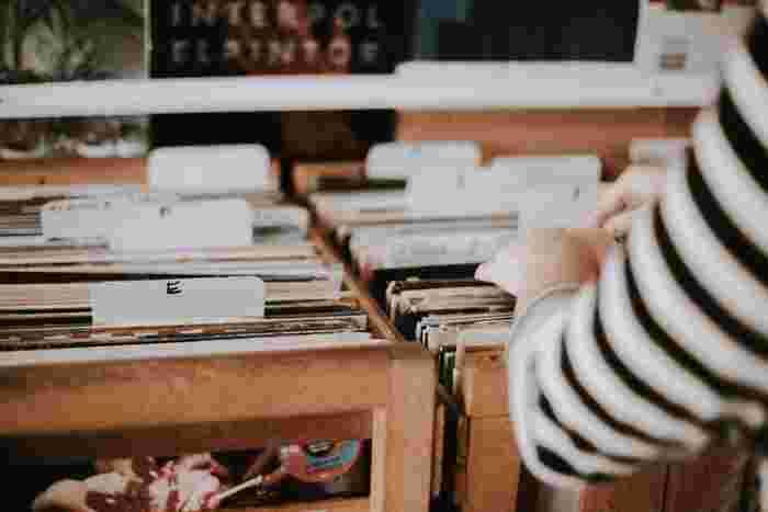 映画のサウンドトラックレコードを手に入れたいなら、専門店で探しましょう。東京・新宿にある「ディスクユニオンシネマ館」は世界に類をみない映画商品専門店で、洋画・邦画問わず映画音楽のCDやレコードを豊富に取り揃えています。通信販売も行っているので、遠方にお住まいの方もお目当てのレコードを取り寄せることができます。もちろん、レコードデッキが無い!という方でも、こちらではCDも販売しているので安心してください。