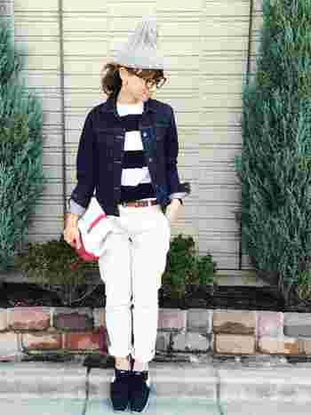 白を基調にしたさわやかな秋のコーデ。「niko and...(ニコアンド)」のケーブル編みニット帽はかぶるだけでコーデに温かみを加えてくれます。