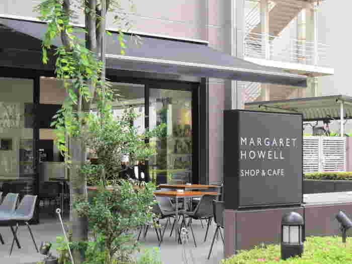 渋谷駅から歩いて7分、オシャレなアパレルショップやカフェが集まる神南エリアに佇む「MARGARET HOWELL SHOP&CAFE」。大通りから路地に入った立地なのでとても静かです。テラスに植えられた木もさわやか。