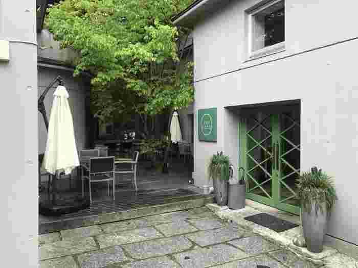 JR軽井沢駅から大通りを歩いて約10分のところにある「enboca(エンボカ)軽井沢」。おしゃれなお店が立ち並ぶ通りで、白い壁と緑のドアの外観がひときわ目をひきます。