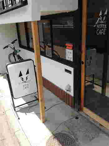 猫顔看板が目印の「ノッタカフェ」。京都の中心部から少し離れたところにあり、隠れ家的なカフェとして人気なお店です。こちらには、大人女子向けのクリームソーダがあるんですよ!