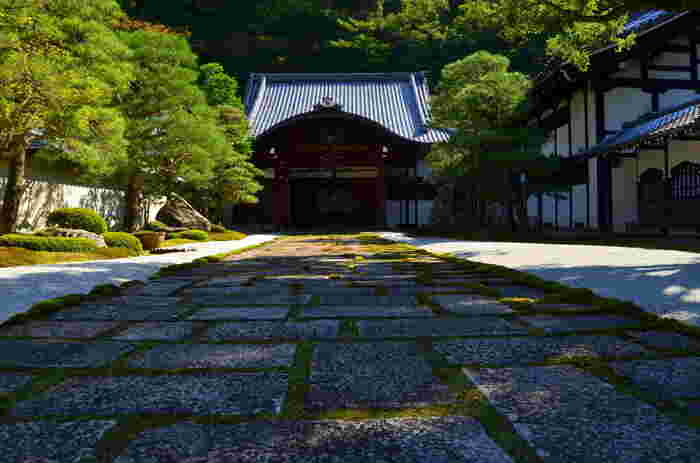 南禅寺には、江戸時代初期の代表的な枯山水の庭園である方丈庭園があります。ここは、別途拝観料がかかりますが、国宝にも指定されており一見の価値があるので、ぜひ立ち寄られることをおすすめします。