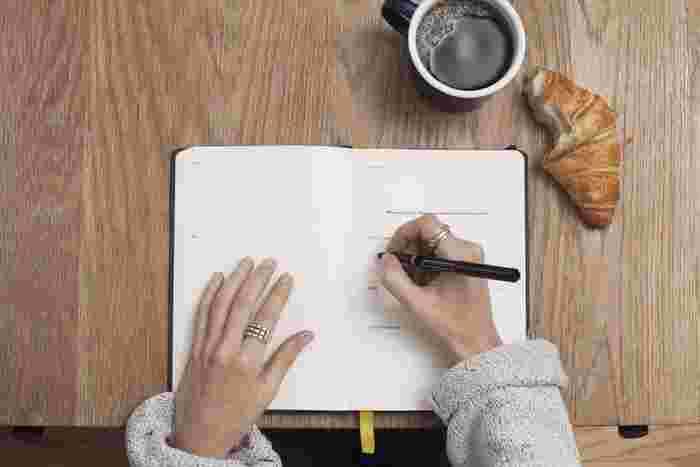 見聞きしたことをただメモに書き写すだけでは、そのまま忘れてしまいやすいものです。自分で考えたことや、まとめたことを一言添えておくと、メモの内容をより自分のものとして定着させやすくなります。 前田裕二さん著「メモの魔力」という本でも、事実をメモとして書くだけでなく、そこで気づいたことを抽象化して、自分なりにどう転用するかまでを書くように勧めています。