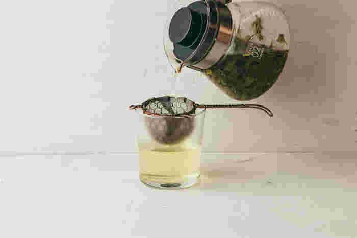 お茶や紅茶が好きな方は、ぜひ茶漉しを使ってみませんか?こちらは、創業以来手作りにこだわり続け、料亭などプロの方からの信頼も厚い辻和金網の「銅の茶漉し」。ひとつひとつ丁寧に手編みされた編み目がとても美しく、お茶を入れる時間に上品さをプラスしてくれますよ。