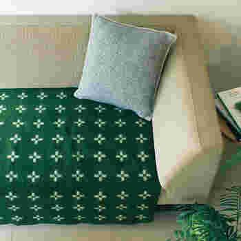 クリッパンのブランケットは、置いておくだけで部屋が北欧らしくなるアイテムです。深みのあるグリーンは、落ち着いた雰囲気です。ソファに敷いてあたたかく。