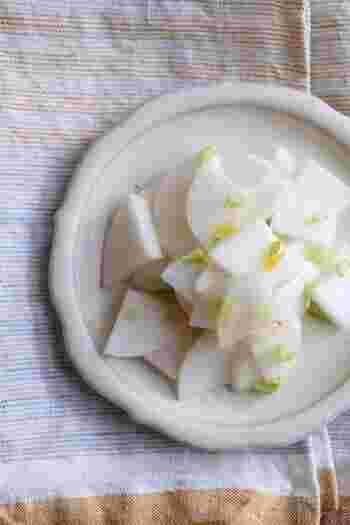 さっぱりとしていて箸休めにぴったりなこちらの一品。柚子の香りが爽やかで冬を感じさせます。準備に5分、漬け込み一晩とお手軽なので、気軽に作ることができますよ。