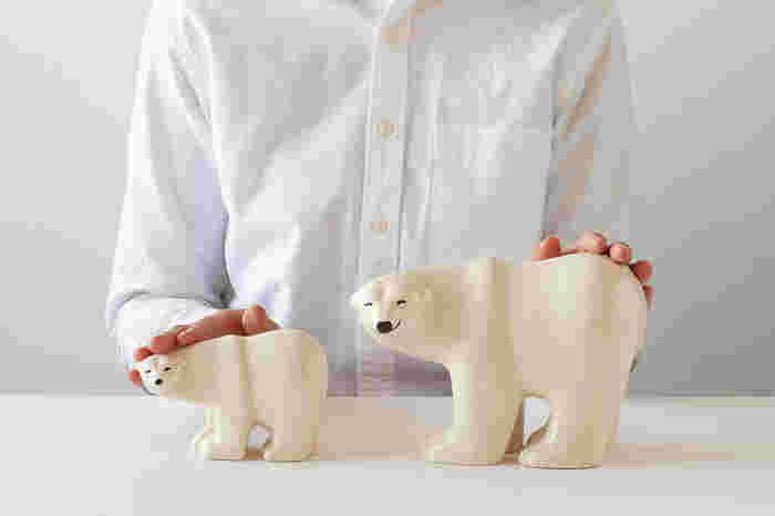 にこっと笑っているようにも見える、かわいいシロクマの親子。左がSサイズ、右がLサイズで、二つそろえて飾りたくなる愛らしさです。