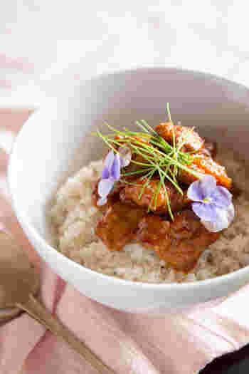 デジとは韓国語で豚肉のこと。豚肉を柚子ジャムや醤油、コチュジャンなどを混ぜたタレに漬け込むと、フルーティーな甘辛さがたまらない味に仕上がります。肉はよく叩いておくと繊維が壊れ、肉が柔らかくなりますよ。