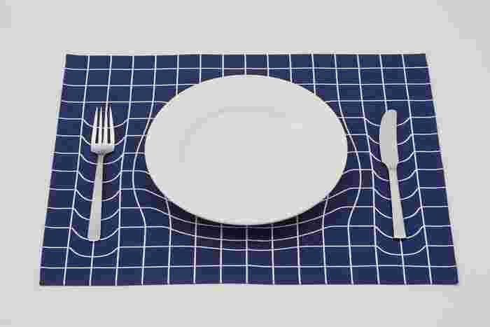 こちらは食器を置くと、まるで沈んでいるかのように見えるランチョンマット。え?っという驚きをもたらしてくれるアイテムです。