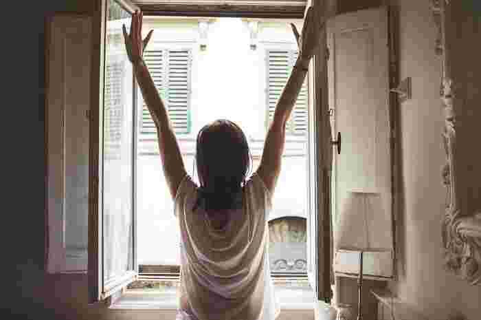 だいぶ頭がハッキリしてきたら、ベッドから出て起き上がりましょう。そしてまず、カーテンを開けて窓際1m以内に立ち、朝日を15秒以上浴びましょう。 太陽の光が目から入ってくることで自律神経が整い、体内時計もリセットされるそうですよ。