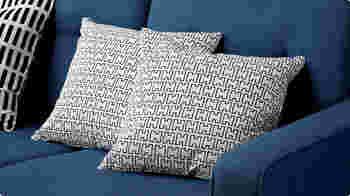 アルヴァ・アアルトの奥さんのエリッサ・アアルトがデザインしたクッションカバー。手書きのような線で描かれたアルファベットの「H」で構成されています。