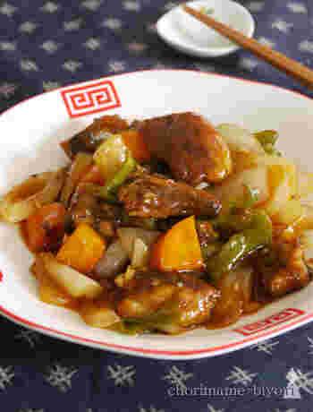 揚げ焼きしたさんまと野菜を炒めて、調味料とからめるだけなので、意外と簡単にできあがります。 美味しく仕上げるポイントは、少し多めのゴマ油で炒めること。中華料理屋さんの料理みたいに、本格的な味わいを楽しめます。