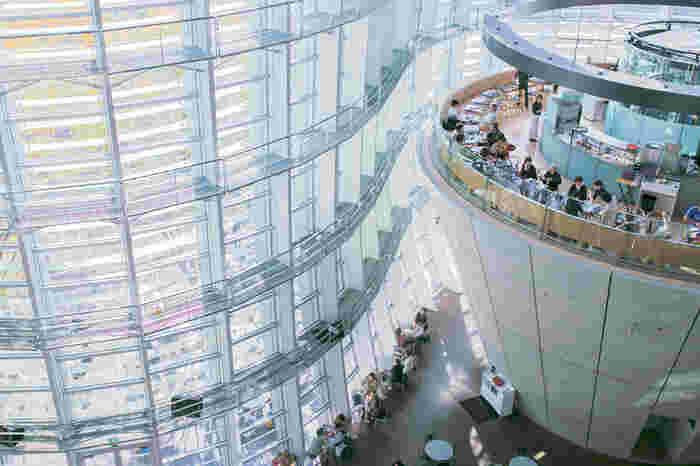 エントランスを入って、美術館内部を上から見たところです。天井まで広がる壁一面のガラスから自然光が館内に降り注いでおり、訪れた人たちの憩いの場となっています。