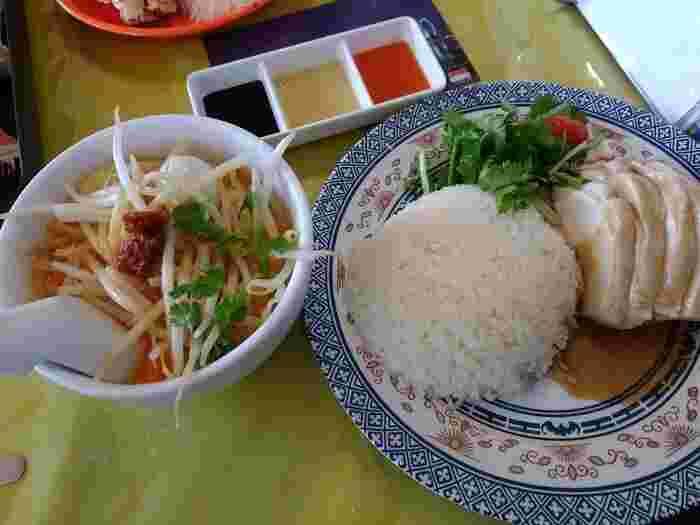 こちらはシンガポールでも人気の海南チキンライス。  しっとりジューシーなチキンとチキンスープが染み込んだご飯が最高の一品です。