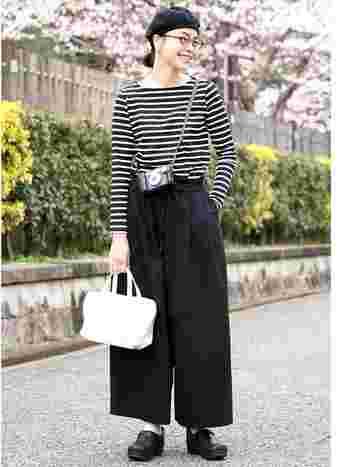 黒の比重の多いモノトーンコーデには、白のキャンバスバッグを加えると爽やかな印象に。ワイドパンツはクロップド丈をチョイスして軽さを出しているのもポイントです。