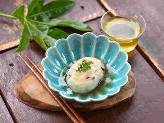 器だけでなく、箸やレイなど食卓小物を木製にするアイデアも◎ナチュラルなぬくもりをプラスでき、どこかアジアンな雰囲気が漂います。