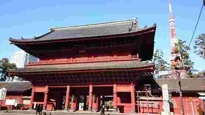 浄土宗の七大本山とされ、1393年室町時代に創建された歴史ある寺院です。ご本尊は「阿弥陀如来・南無阿弥陀仏」です。東京タワーが目の前にある位置のため、海外からの観光客やフォトスポットとしても人気があります。