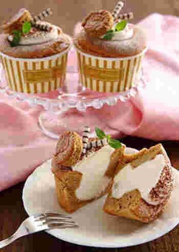 こちらのシフォンケーキ生地には、コーヒーの風味が加わっています。合わせるクリームは、コンデンスミルク入りのホイップクリーム。クリームは少し取り置いて、注入した後に上に重ねてデコレーションにも使いましょう。仕上げにインスタントコーヒーをふりかけます♪