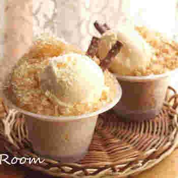 市販のかき氷にアイスクリームをのせるだけのフロート風のお手軽デザート。おうちでコーヒー氷を作ってアレンジするのもおすすめです。