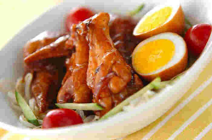 自宅用だけでなく、お弁当のおかずとしても◎ 手羽先・手羽元を使用しているので、違った食感を楽しめます。酢を加えて手羽元を煮込むと、カルシウムやコラーゲンを多く摂取できるのだそう。ゆで卵・プチトマト・キュウリも添えて、彩り豊かなお料理に♪