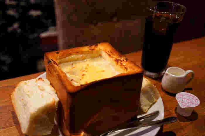 2つ目の名物メニューは「グラパン」です。大きな食パンをくり抜き、中にはたっぷりのグラタンが入っています。グラタンだけで食べつつも、パンをちぎってディップ。見た目のインパクトだけでなくその美味しさが話題です。