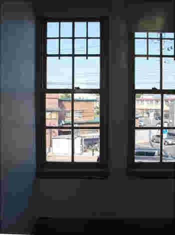上下に動かして開閉する窓は、当時の建築によく見られる形。