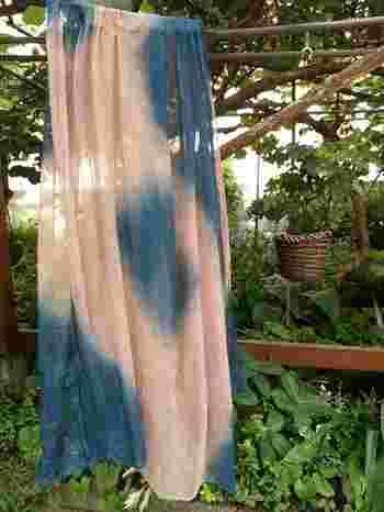 天然染料は、たんぱく質に染まるので、たんぱく質の無い綿や麻を染める際は、前もって布地にたんぱく質をしみこませておく作業が必要です。