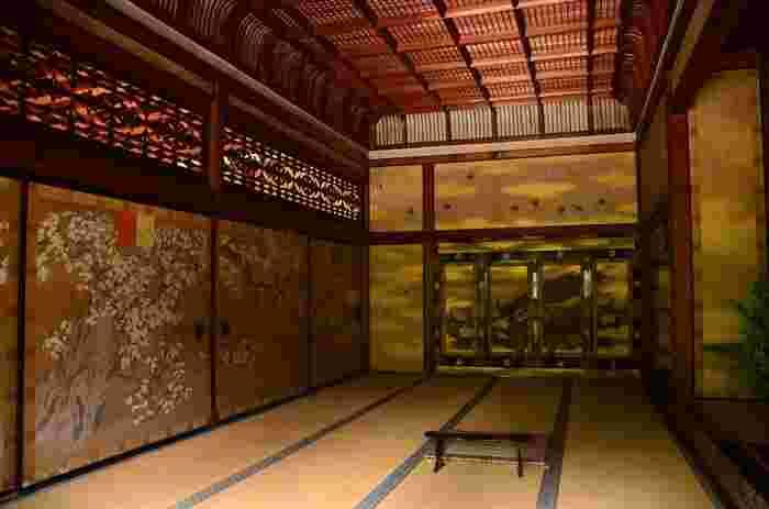 仁和寺御殿の宸殿(しんでん)は、儀式や式典に使用される御殿の中心的建物でした。明治20年に焼失し大正初期に再建されました。鴨居の上の欄間も美しく、実に煌びやかですね。