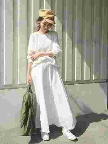 休日のスタイルにピッタリなカジュアルコーディネート。ふわりとボリュームのあるホワイトのロングスカートには、コンパクトなスニーカーを合わせて足元は軽やかにまとめましょう。
