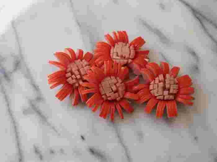 【お花のウインナー②】 細かく切り込みを入れるとより繊細なお花に。まるでヒマワリやガーベラのようですね。