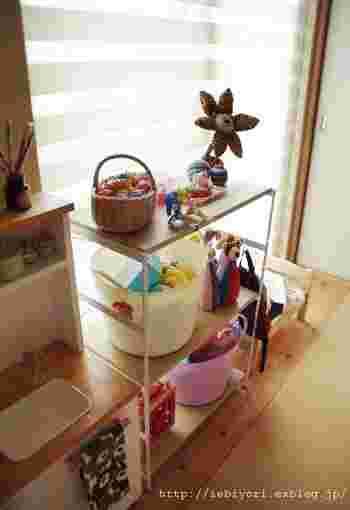 シンプルな3段の収納棚。オープンタイプなので、お子さんのおもちゃをバスケットごと収納しておくのに便利です。