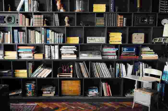本棚に積んでしまったままになっている本を少しずつ読み進めるのも素敵な夜活のひとつ。ミステリーや恋愛小説。どんな本でも、読書は必ず自分の大きな糧になります。あまり関心がないような本でも話題になっているものは、一度手に取ってみると、新しい世界の扉が開かれるかもしれませんよ。