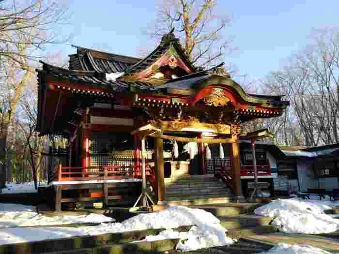 縁結び・安産・子宝にご利益があると言われる「山中諏訪神社」は山中湖畔から車で約2分の場所に無料駐車場があります。山中湖のひんやりとした空気と相まって神聖な雰囲気で清々しい気持ちになれるスポットです。