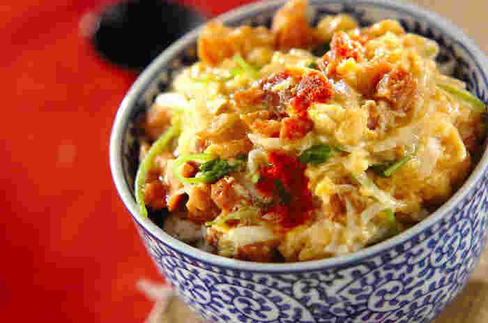 焼き鳥缶には卵を合わせるのが定番です。こちらは卵でとじて、親子丼風に仕上げています。味付けはめんつゆを使えば簡単♪缶詰の鶏肉はしっかり味が付いているから、本格的な味になるんです!