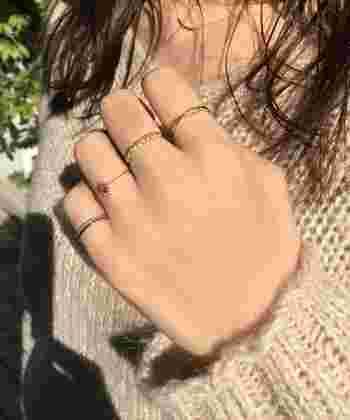 指輪をたくさんつけるときには出来るだけシンプルなものを選んで、それぞれの指輪の美しさを楽しんで。