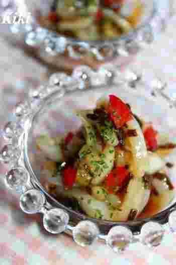 アオリイカを、彩りのきれいな野菜や塩昆布などとともにマリネに。和風のお刺身とはまた違う、洋風仕立てもよく合います。塩昆布はうまみも強く、味が決まりやすいので便利です。