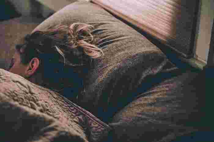 紫外線によりダメージを受けた肌は、寝ている間に修復されます。睡眠中に分泌される成長ホルモンは、新陳代謝を促して、肌の健康を維持する役割を担っているため、ハリ不足の改善には必要不可欠です。睡眠不足になると、成長ホルモンの分泌量が減少します。そのため、充分な睡眠時間の確保と質の高い眠りを心がけて。