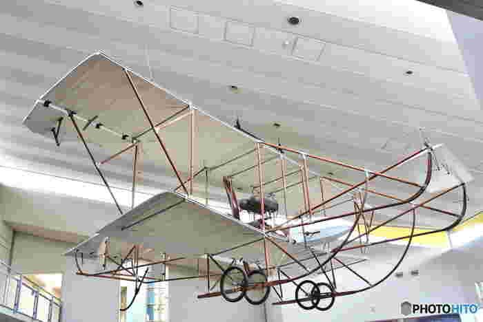 こちらは、1911年(明治44年)に日本で製作された会式一号機(かいしき いちごうき)のレプリカです。軍用機としては初めての国産機として、高く評価されました。当日の技術が結集した飛行機の姿は、子どもだけでなく大人も圧倒されますね。