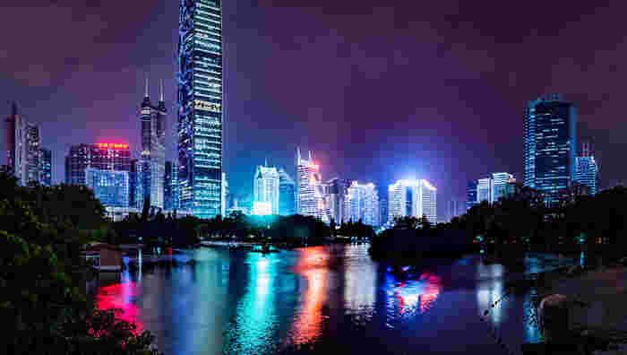 経済特区になる前の1980年までは、人口3万人の小さな漁村だったという深圳。現在ではビジネスチャンスを求めて若者が押し寄せる「アジアのシリコンバレー」に成長しました。秋葉原を模してつくられた「華強北」は、いまや本家の30倍もの規模にまで拡大しています。起業や出稼ぎ目的で様々な地域から人が集まっているため、観光客には訪れやすい雰囲気。香港にも似た雰囲気を持つ魅力的な場所です。