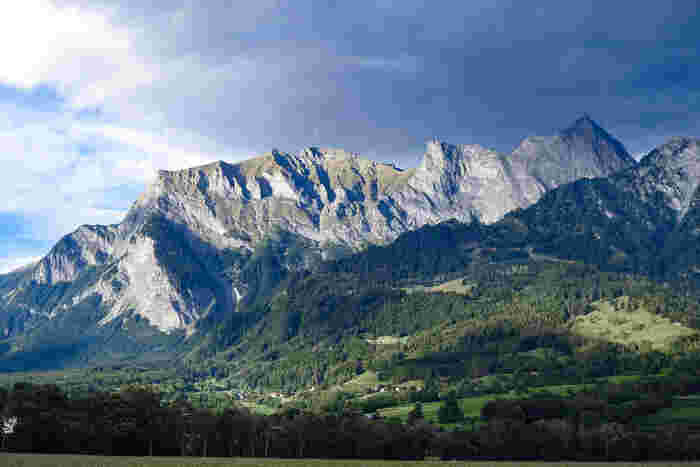 アルプス山麓に佇むマイエンフェルトの街から少し郊外に足をの延ばすと、美しい自然に囲まれた雄大なアルプス山脈が迫っています。