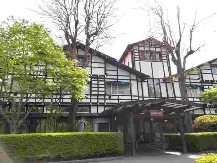 明治27年(1894年)創業の万平ホテルは、軽井沢を代表する老舗ホテルのひとつです。ジョン・レノンをはじめ、多くの著名人が訪れたことでも知られています。館内にいくつかあるレストランの中でも、ぜひ訪れていただきたいのが本館の「メインダイニングルーム」。