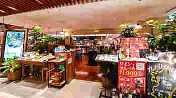 """ソラリアプラザ7Fにある「Mr.&Mrs. GREEN」は、""""体が喜ぶヘルシーな新鮮野菜""""をモットーに、新鮮なサラダを提供する九州初のサラダ専門店。糸島野菜など、九州各地から取り寄せた旬のものを使用しています。"""